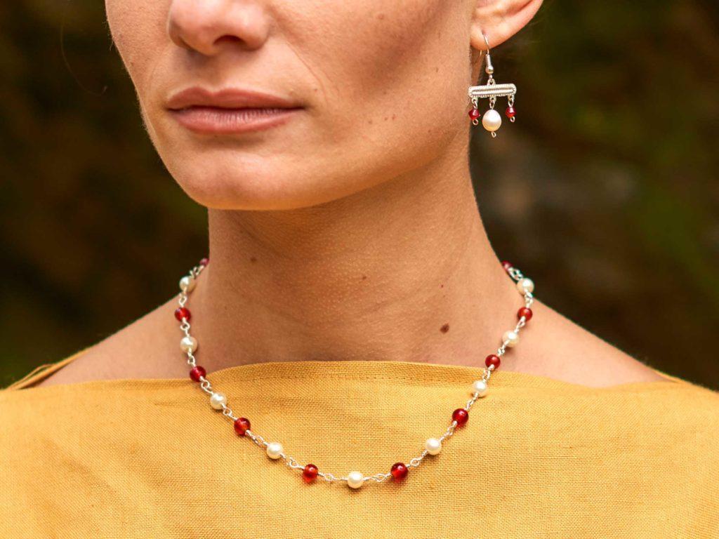 Römische Frau mir antikem Schmuck - Kette rote Perle
